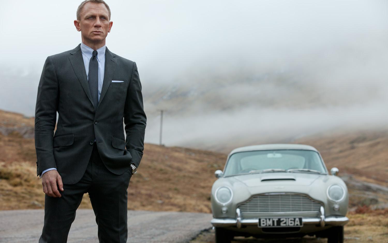 Skyfall-Daniel-Craig-as-James-Bond-with-Aston-Martin-DB5