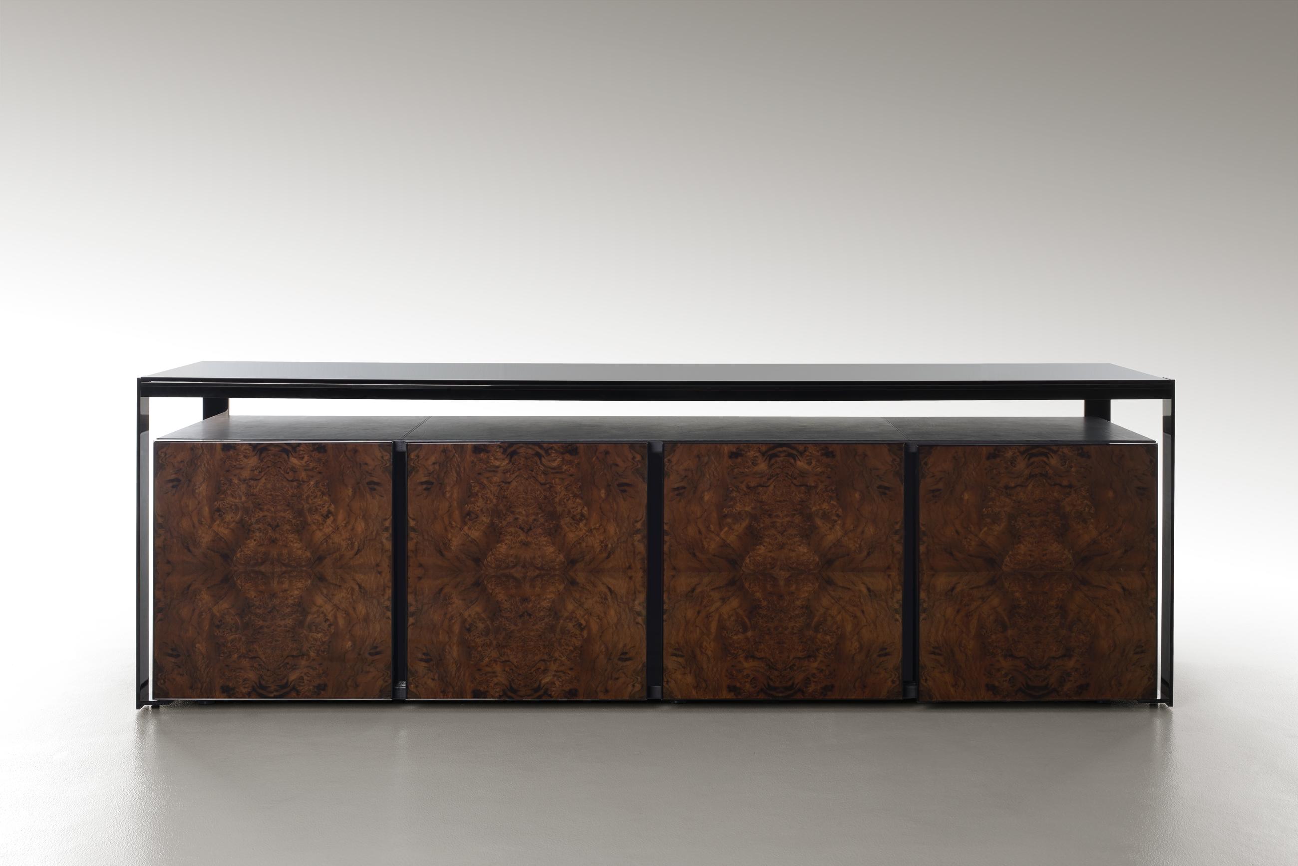 Credenza Ambassador: le linee della credenza Ambassador rimandano ai temi architettonici contemporanei per conferire all'insieme un design dal tocco moderno e maestoso ad esaltarne l'eleganza e l'originalità.