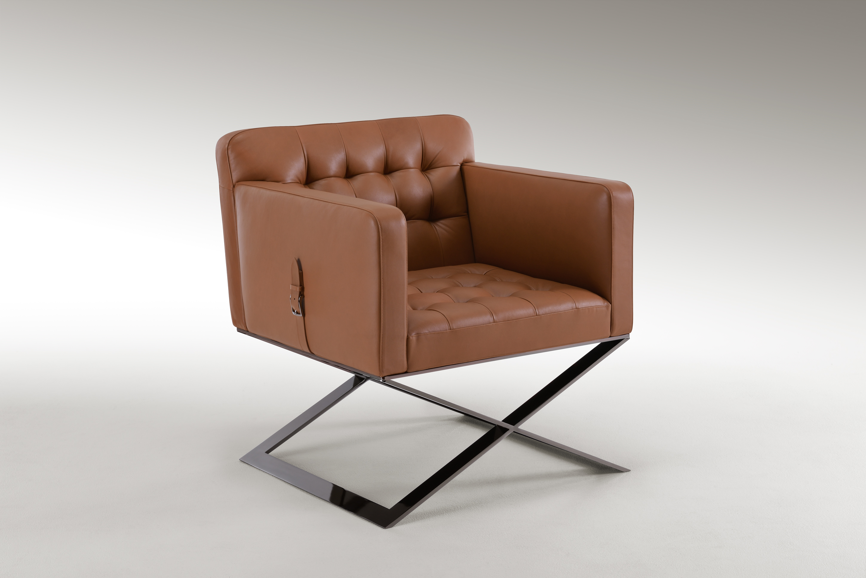 Poltrona Harlow: reinterpreta in chiave sofisticata la classica sedia da regista, con una struttura articolata e solida.