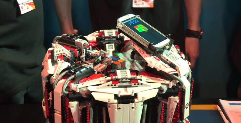 Un robot costruito in Lego risolve il cubo in 3 secondi: geniale o diabolico?