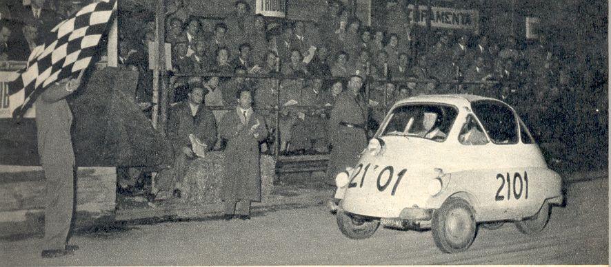 La Iso Isetta impegnata al traguardo della Millemiglia, 1954.