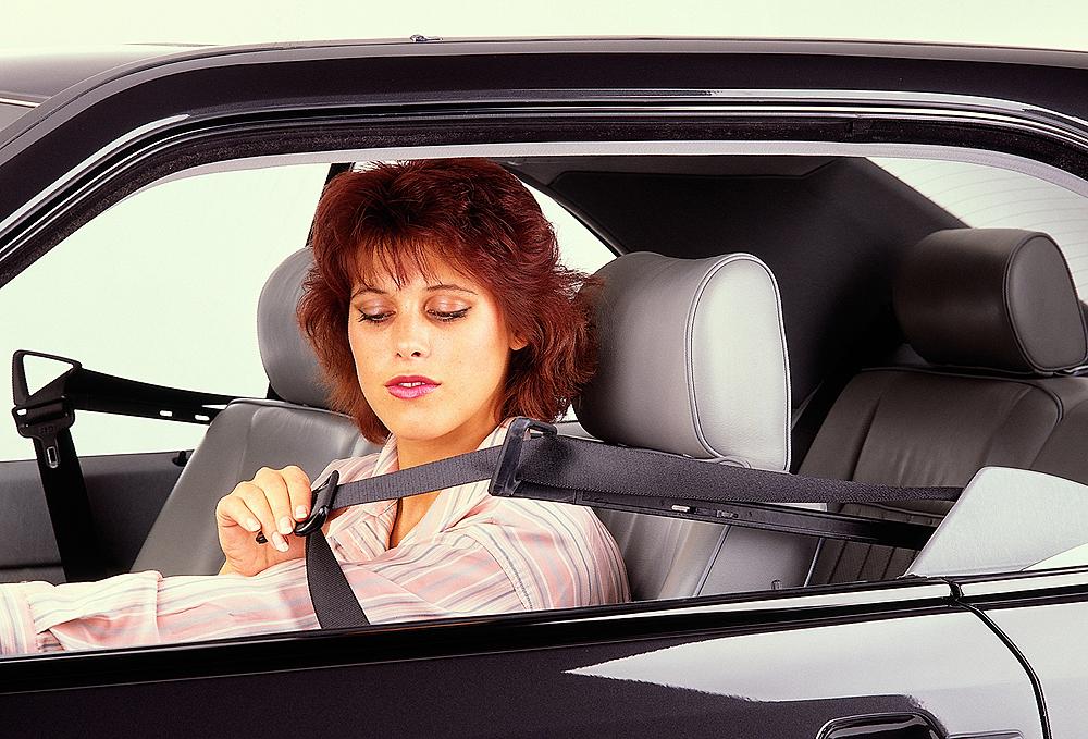 Mercedes-1988-300CE-seat-belt