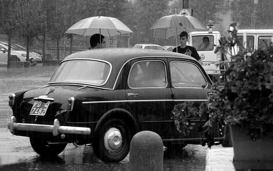 Fiat 1100 sotto la pioggia