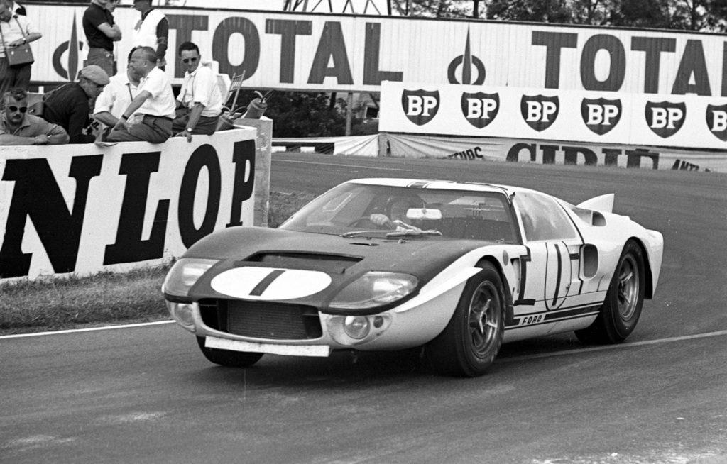 La Ford GT40 #1 impegnata durante la 24 Ore di Le Mans 1965