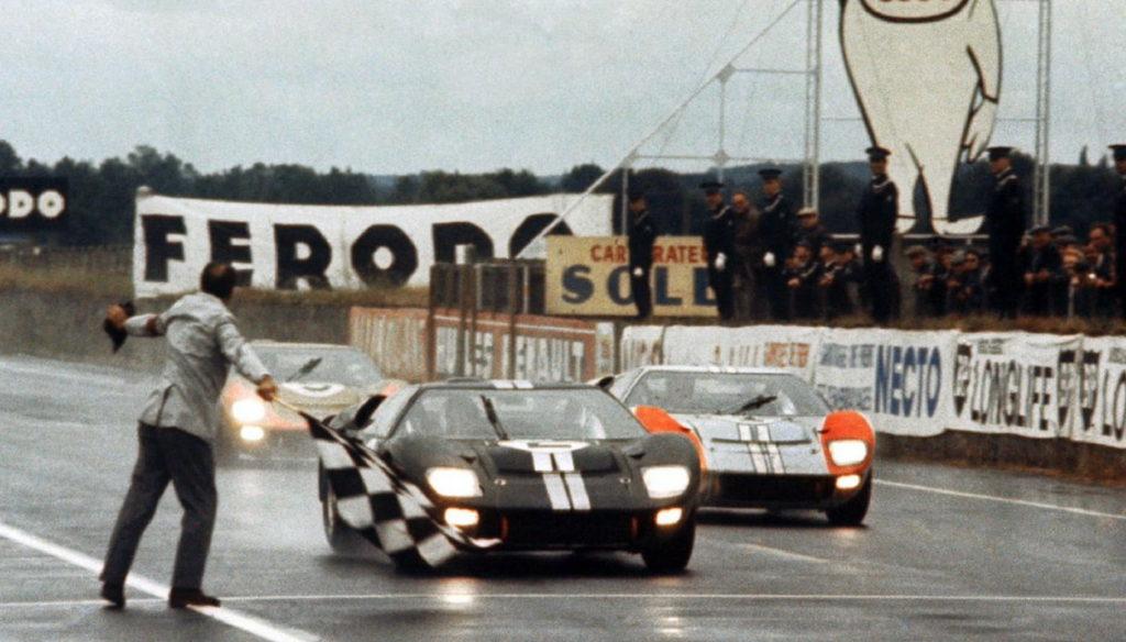 L'arrivo in parata delle tre GT40 MK2 alla Le Mans 1966