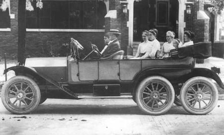 Milton Reeves alla guida della Sextoauto (primo prototipo) nel 1912. Al suo fianco, sul sedile passeggero, il figlio Paul. Sui sedili posteriori la moglie e alcune amiche.