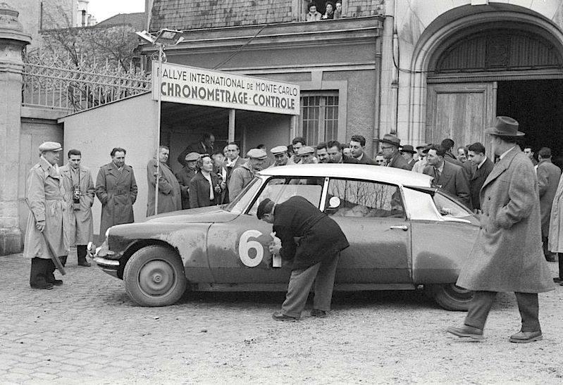 Una Citroën DS19 durante le verifiche del Rally di Montecarlo 1956