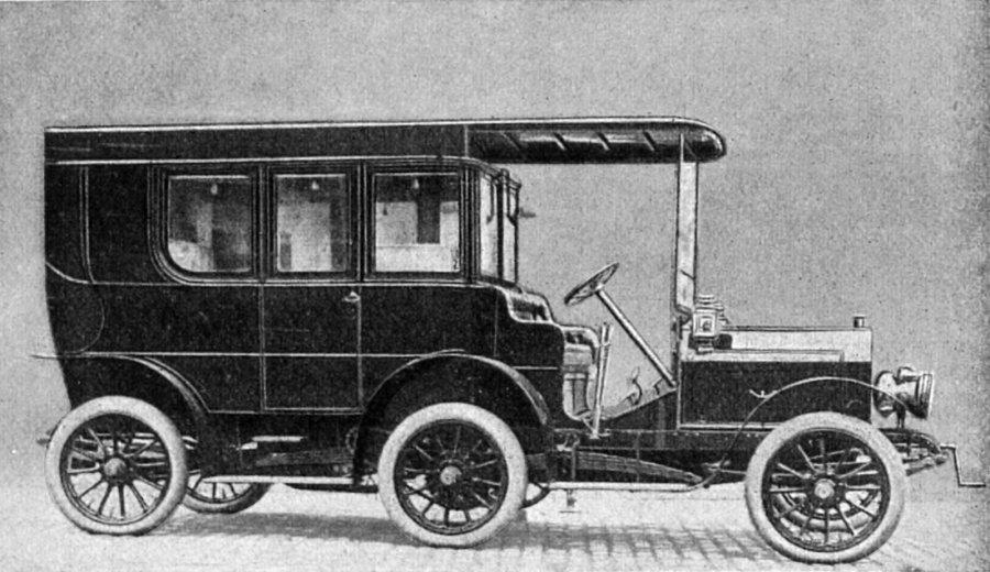 Una rara foto della Lorraine-Dietrich a sei ruote del 1908. Sopra la testa dell'autista si nota il tubo per comunicare con i passeggeri.